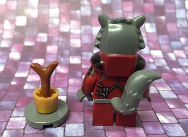 Back of LEGO Marvel Rocket Raccoon Figure with Baby Groot