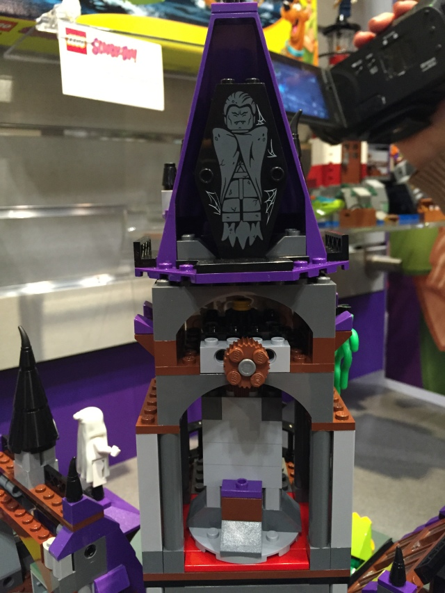 2015-LEGO-Scooby-Doo-Mystery-Mansion-Vampire-Coffin-in-Castle-Tower-640x853.jpg
